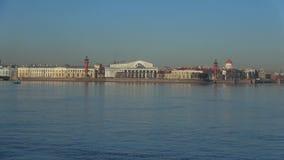 Άποψη του παλαιού χρηματιστηρίου που στηρίζεται στο βέλος του πρωινού νησιών Vasilievsky τον Απρίλιο Πετρούπολη Άγιος απόθεμα βίντεο