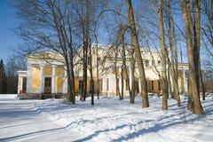 Άποψη του παλατιού του δούκα Maximilian Leichtenberg μια ηλιόλουστη χειμερινή ημέρα peterhof Στοκ φωτογραφία με δικαίωμα ελεύθερης χρήσης