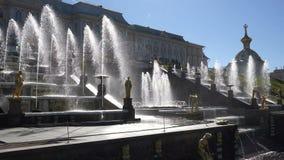 Άποψη του παλατιού στα πλαίσια μιας μεγάλης πηγής με τα χρυσά αγάλματα φιλμ μικρού μήκους