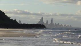 Άποψη του παραδείσου Surfer σε Southport, προηγούμενα κεφάλια Burleigh, που βλέπουν από το Palm Beach, αυστραλιανό Gold Coast απόθεμα βίντεο
