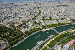 Άποψη του Παρισιού, Γαλλία στον ποταμό του Σηκουάνα στο Παρίσι από τον πύργο του Άιφελ στην ηλιόλουστη ημέρα στοκ φωτογραφίες