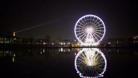 Άποψη του Παρισιού νύχτας, φωτισμένος πύργος του Άιφελ, αντανάκλαση ροδών Ferris στο νερό απόθεμα βίντεο