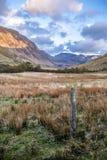 Άποψη του περάσματος Nant Ffrancon στο εθνικό πάρκο Snowdonia, με υποστήριγμα Tryfan στο υπόβαθρο Gwynedd, Ουαλία, Ηνωμένο Βασίλε στοκ εικόνα