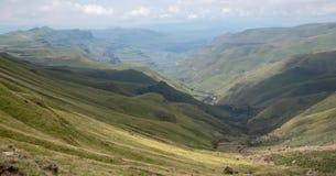 Άποψη του περάσματος Sani, αγροτικός δρόμος ρύπου αν και τα βουνά που συνδέει τη Νότια Αφρική και το Λεσόθο στοκ φωτογραφίες με δικαίωμα ελεύθερης χρήσης