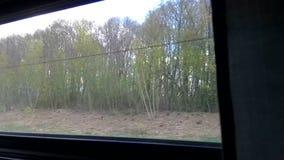 Άποψη του περιβάλλοντος και των χωριών από ένα παράθυρο πηγαίνοντας του γρήγορα τραίνου απόθεμα βίντεο
