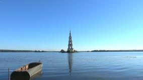 Άποψη του πλημμυρισμένου πύργου κουδουνιών του καθεδρικού ναού του Άγιου Βασίλη στη δεξαμενή Kalyazin απόθεμα βίντεο