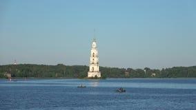 Άποψη του πλημμυρισμένου πύργου κουδουνιών του καθεδρικού ναού του Άγιου Βασίλη Kalyazin, Ρωσία φιλμ μικρού μήκους