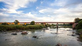 Άποψη του πορτοκαλιού ποταμού με τη γέφυρα στη Νότια Αφρική στοκ εικόνες