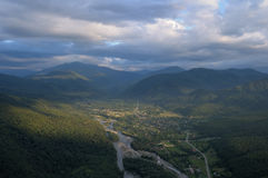 Άποψη του ποταμού βουνών και του χωριού από ένα ύψος Καλοκαίρι Στοκ Εικόνες
