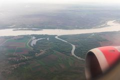 Άποψη του ποταμού Δούναβη και των προαστίων της πόλης Βελιγραδι'ου από το φωτιστικό του πετώντας αεροπλάνου στοκ εικόνα με δικαίωμα ελεύθερης χρήσης