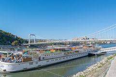 Άποψη του ποταμού Δούναβη με τον προμαχώνα και της γέφυρας στη Βουδαπέστη Στοκ Εικόνες