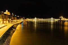 Άποψη του ποταμού Δούναβη με το κάστρο ditrict, τη γέφυρα αλυσίδων και το Κοινοβούλιο στη Βουδαπέστη Στοκ Φωτογραφία