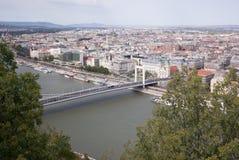 Γέφυρα στον ποταμό και τα δέντρα Στοκ εικόνα με δικαίωμα ελεύθερης χρήσης