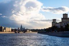 Άποψη του ποταμού και των αναχωμάτων Moskva στην πόλη της Μόσχας στοκ φωτογραφία με δικαίωμα ελεύθερης χρήσης