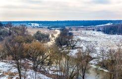 Άποψη του ποταμού και των δασών με τις απότομες όχθες Στοκ Εικόνες
