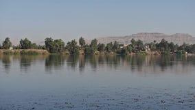 Άποψη του ποταμού Νείλος στην Αίγυπτο που παρουσιάζει Luxor Δυτική Όχθη απόθεμα βίντεο