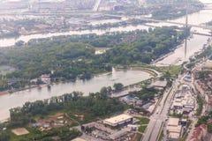 Άποψη του ποταμού πόλεων και Δούναβη Βελιγραδι'ου από το φωτιστικό του πετώντας αεροπλάνου Πόλη Βελιγραδι'ου στη Σερβία στοκ εικόνες με δικαίωμα ελεύθερης χρήσης