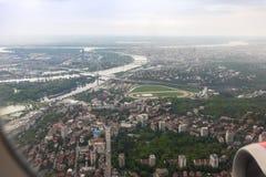 Άποψη του ποταμού πόλεων και Δούναβη Βελιγραδι'ου από το φωτιστικό του πετώντας αεροπλάνου Πόλη Βελιγραδι'ου στη Σερβία στοκ εικόνες