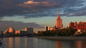 Άποψη του ποταμού της Μόσχας στο ηλιοβασίλεμα φιλμ μικρού μήκους