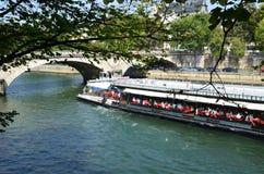Άποψη του ποταμού του Σηκουάνα με τις βάρκες γύρου κρουαζιέρας Στο Παρίσι Στοκ Εικόνα
