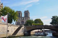 Άποψη του ποταμού του Σηκουάνα με τις βάρκες γύρου κρουαζιέρας Στο Παρίσι Στοκ φωτογραφίες με δικαίωμα ελεύθερης χρήσης