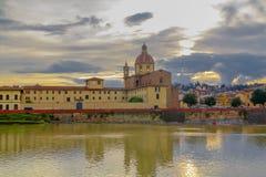Άποψη του ποταμού Arno από την προκυμαία στη Φλωρεντία στοκ εικόνες