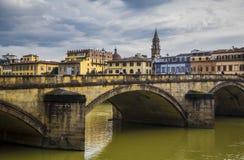 Άποψη του ποταμού Arno από την προκυμαία στη Φλωρεντία στοκ εικόνα με δικαίωμα ελεύθερης χρήσης