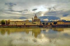 Άποψη του ποταμού Arno από την προκυμαία στη Φλωρεντία στοκ φωτογραφία
