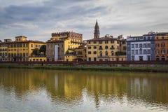 Άποψη του ποταμού Arno από την προκυμαία στη Φλωρεντία στοκ φωτογραφία με δικαίωμα ελεύθερης χρήσης