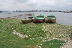 Άποψη του ποταμού Buriganga στην περιοχή sampur με μερικές ενάρξεις στοκ εικόνες