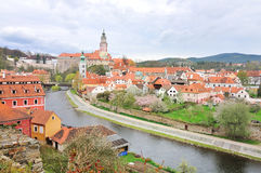 Άποψη του ποταμού Cesky Krumlov, πύργων και vltava Στοκ εικόνα με δικαίωμα ελεύθερης χρήσης