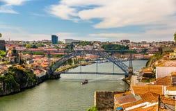 Άποψη του Πόρτο με τη γέφυρα DOM Luis Στοκ εικόνες με δικαίωμα ελεύθερης χρήσης
