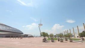 Άποψη του πύργου επικοινωνίας Montjuic του Σαντιάγο Calatrava και του ολυμπιακού δαχτυλιδιού απόθεμα βίντεο