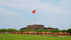 Άποψη του πύργου με τη σημαία στην ακρόπολη χρώματος στην επαρχία χρώματος Thua Thien, Βιετνάμ Στοκ Φωτογραφία