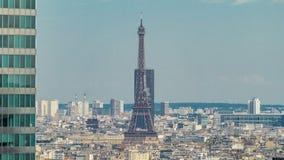 Άποψη του πύργου του Παρισιού και του Άιφελ timelapse από την κορυφή των ουρανοξυστών στην υπεράσπιση Λα εμπορικών κέντρων του Πα φιλμ μικρού μήκους