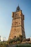 Άποψη του πύργου ρολογιών φιαγμένου από πέτρα πάνω από το λόφο με τη βλάστηση σε Draguignan στοκ εικόνες