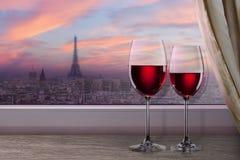Άποψη του πύργου του Παρισιού και του Άιφελ στο ηλιοβασίλεμα από το παράθυρο Στοκ Φωτογραφίες