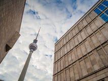 Άποψη του πύργου Fernsehturm TV του Βερολίνου Στοκ φωτογραφία με δικαίωμα ελεύθερης χρήσης