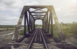 Άποψη του σιδηροδρόμου και της παλαιάς γέφυρας χάλυβα με το πράσινο δέντρο στο αριστερό και τη δεξιά πλευρά του σιδηροδρόμου, το  Στοκ εικόνες με δικαίωμα ελεύθερης χρήσης