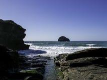 Άποψη του σκέλους trebarwith στην Κορνουάλλη, Αγγλία με το νερό και το μπλε ουρανό κρυστάλλου aquamarine Στοκ εικόνα με δικαίωμα ελεύθερης χρήσης