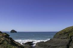 Άποψη του σκέλους trebarwith στην Κορνουάλλη, Αγγλία με το νερό και το μπλε ουρανό κρυστάλλου aquamarine Στοκ Εικόνα