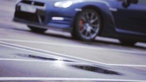Άποψη του σκούρο μπλε νέου αυτοκινήτου Δίσκοι ροδών Παρουσίαση προβολείς εμφάνιση automatism Κρύες σκιές φιλμ μικρού μήκους
