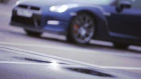 Άποψη του σκούρο μπλε νέου αυτοκινήτου ρόδες Παρουσίαση προβολείς εμφάνιση automatism Κρύες σκιές απόθεμα βίντεο