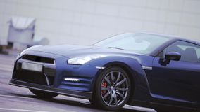 Άποψη του σκούρο μπλε νέου αυτοκινήτου ρόδες Παρουσίαση προβολείς automatism Κρύες σκιές απόθεμα βίντεο