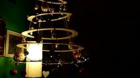Άποψη του σπιτικού και οικολογικού χριστουγεννιάτικου δέντρου απόθεμα βίντεο