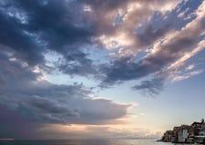 Άποψη του στενού λωρίδας της θάλασσας και των μερών του δραματικού νεφελώδους ουρανού Στοκ Εικόνα