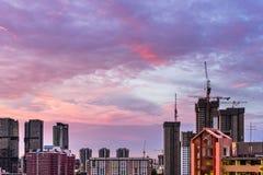 Άποψη του στο κέντρο της πόλης ορίζοντα της Σιγκαπούρης με τα πορφυρά σύννεφα λυκόφατος στοκ φωτογραφία