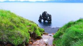 Άποψη του σχηματισμού βράχου Hvitserkur στην ανατολική ακτή της χερσονήσου Vatnsnes φιλμ μικρού μήκους