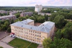 Άποψη του σχολικού κτιρίου και των κατοικημένων κτηρίων Στοκ Εικόνα