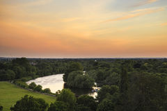 Άποψη του Τάμεση ποταμών από το Hill του Ρίτσμοντ στο Λονδίνο κατά τη διάρκεια όμορφου Στοκ Φωτογραφίες